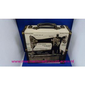 002458 / Naaikist Design Vierkant Groot Nostalgie Naaimachine